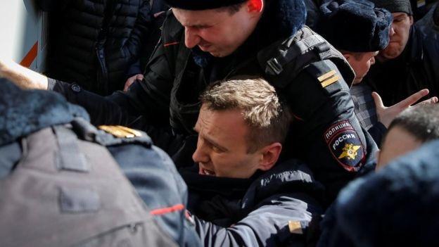 Giornalisti fermati dalla polizia durante cortei di protesta contro la corruzione in Russia